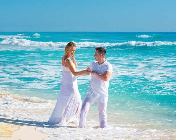 Engagement photographer in Cancun.