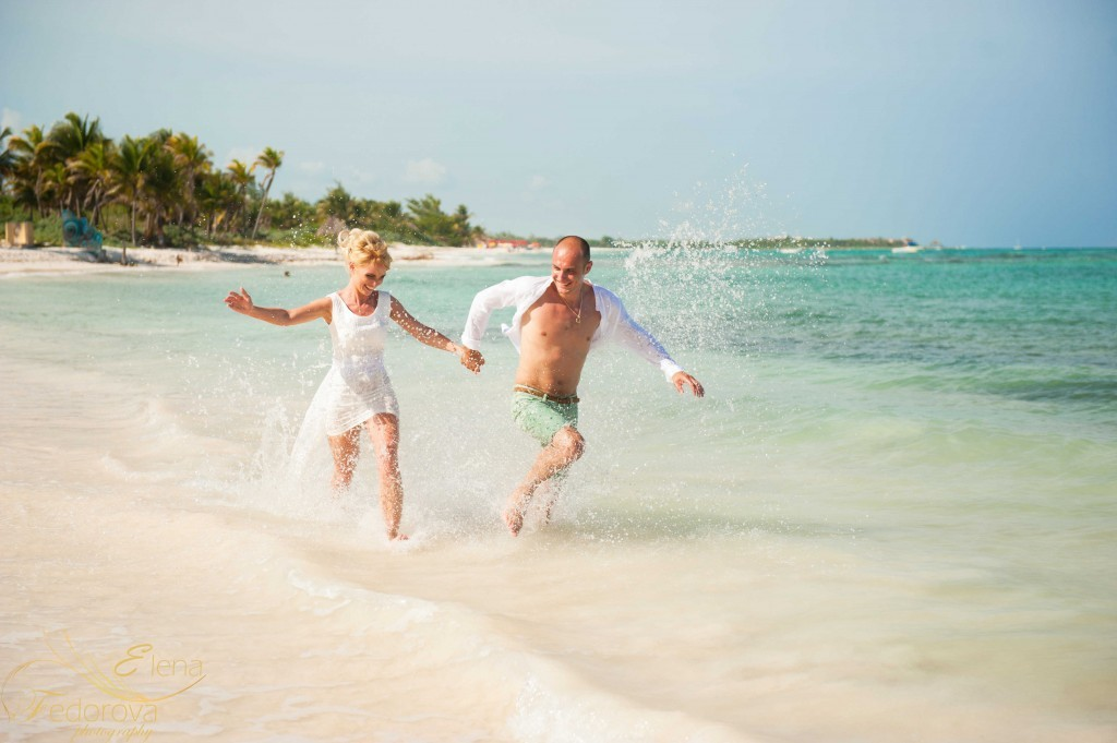 couple running in riviera maya