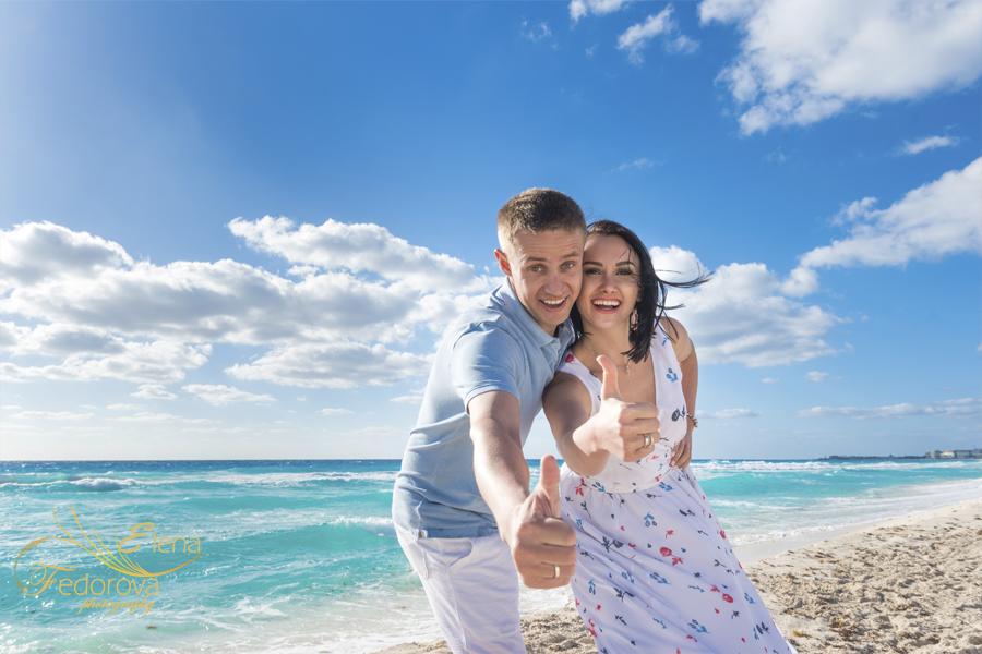 couple honeymoon in cancun mexico