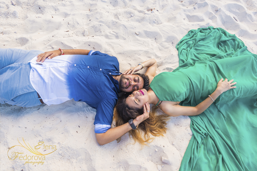 photo couple lying on beach