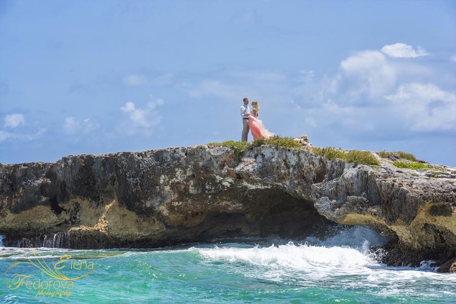 photos couple standing on rocks