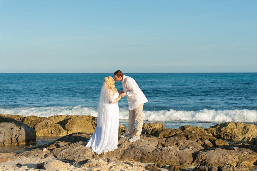 couple in wedding in playa del carmen
