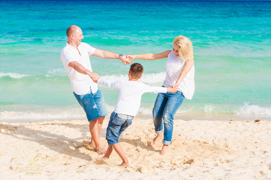 cancun family photographer candid style
