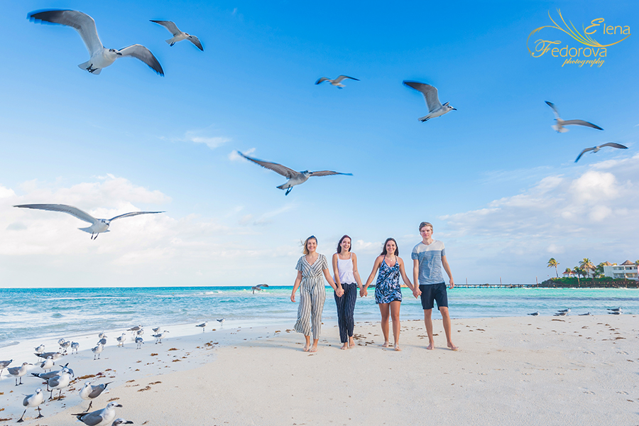 family pictures with seaguls cancun