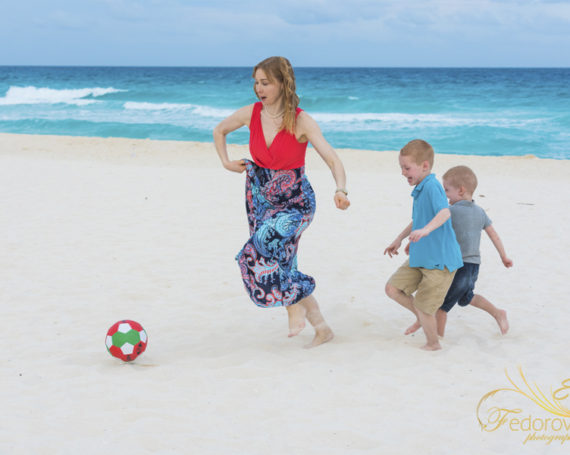 Family beach photography in Cancun.