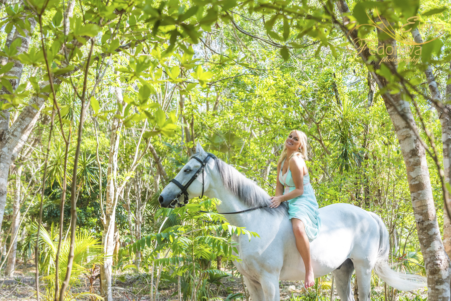 photo shoot with a horse cancun mexico