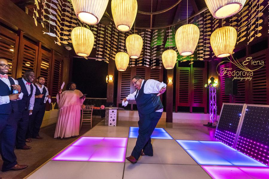 groom dancing cancun secrets playa mujeres