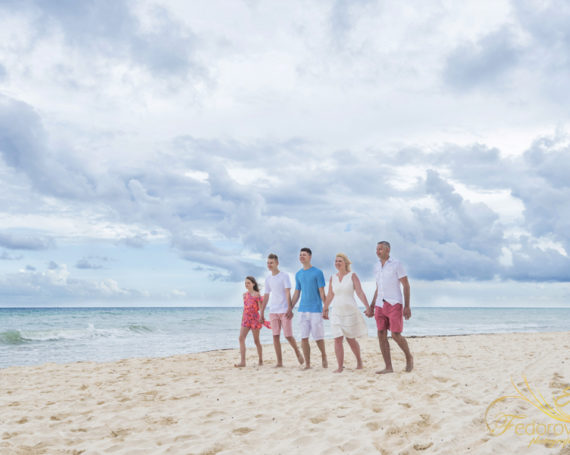 Family vacation photo session in Playa del Carmen.