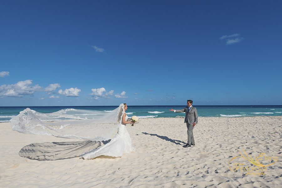beach wedding photos in cancun