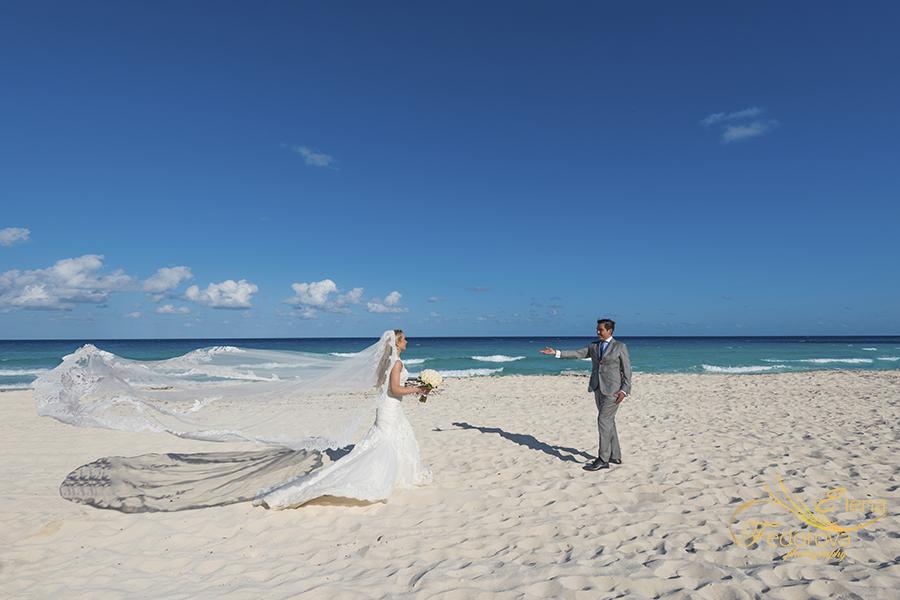 beach wedding photos in cancun