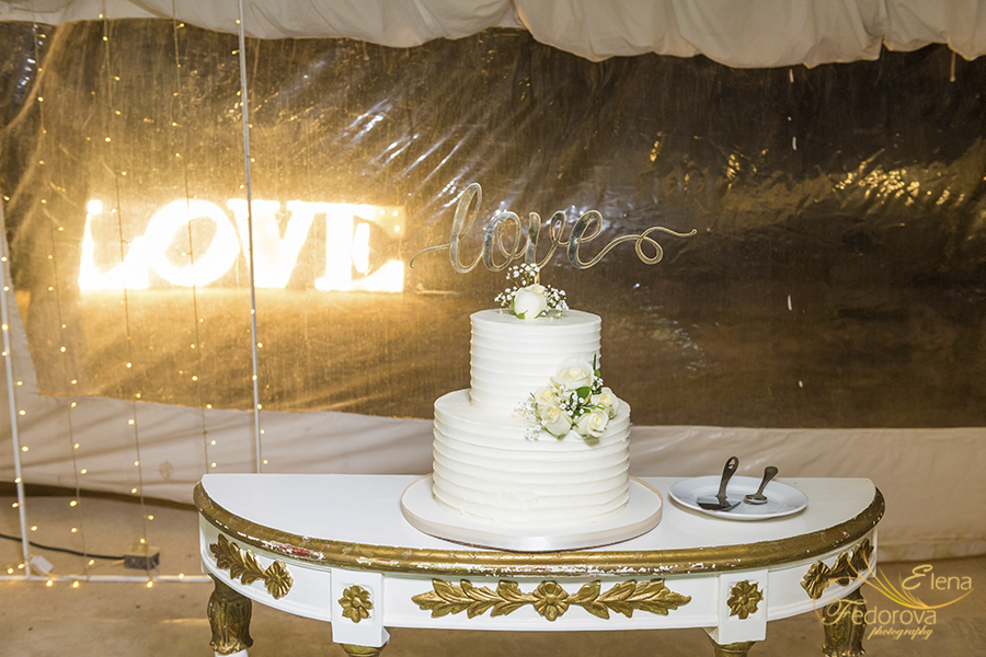 wedding cake love sign