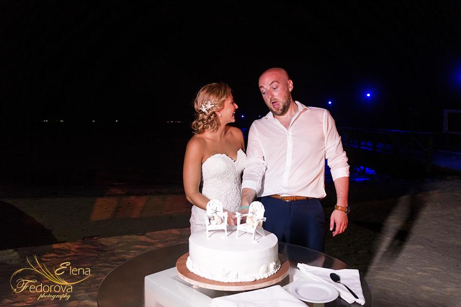 cutting cake mia reef isla mujeres