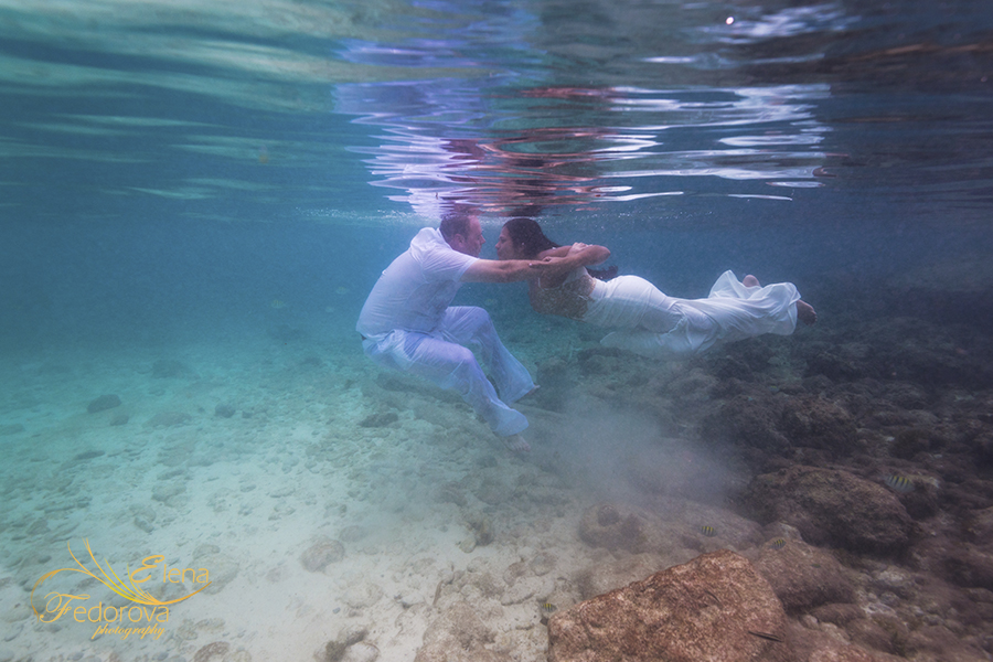 couple photo shoot in sea