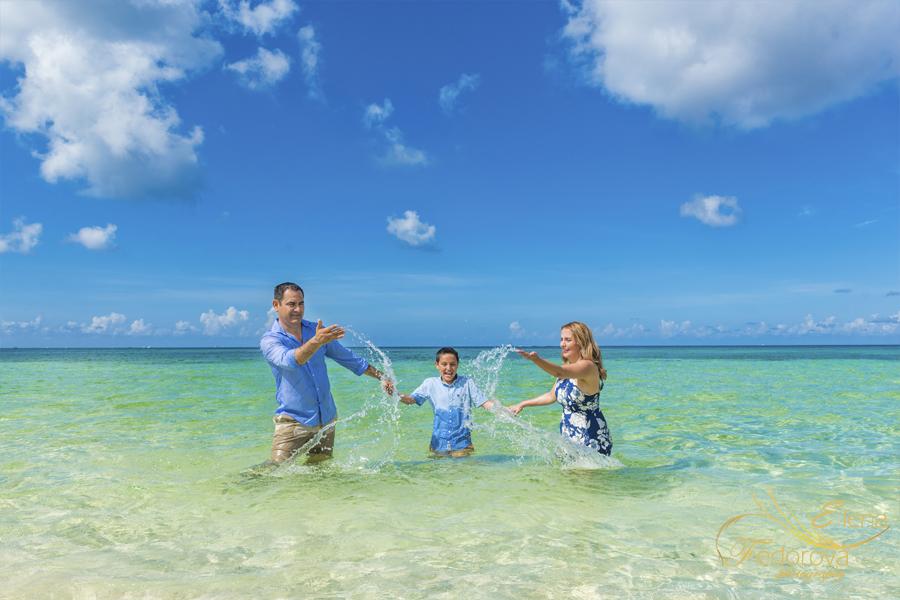 beach family posing ideas lifestyle